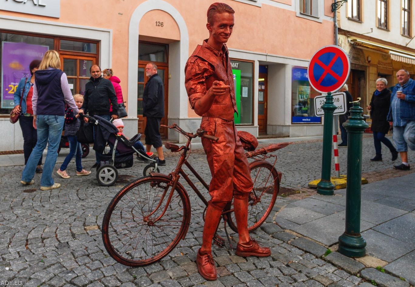 živé sochy Sinela Cyklista